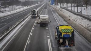 Snelwegen rond Venlo flink beschadigd tijdens extreme kou met sneeuw