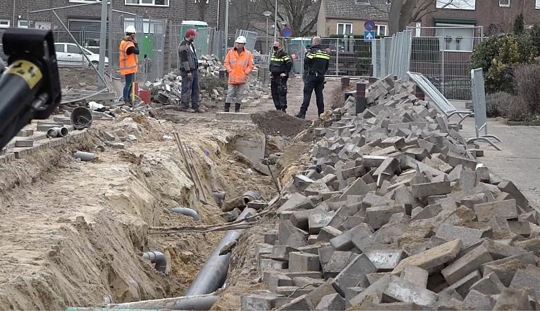 Man bedolven onder laag zand en stenen bij rioolwerkzaamheden