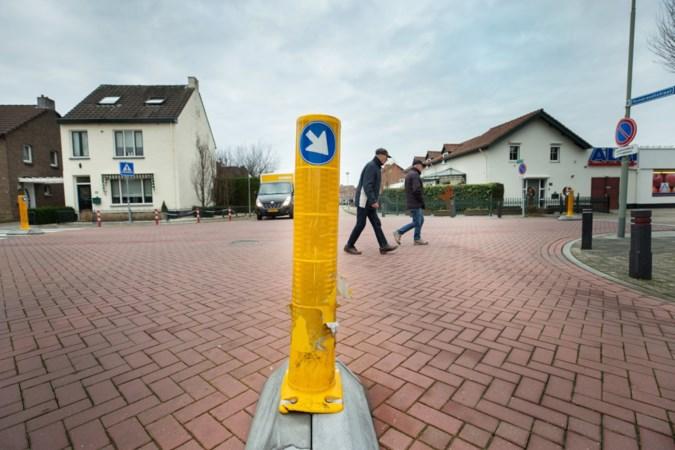 Gemeente verwijdert op advies van experts paaltjes op kruising in Elsloo die vooral vrachtwagenchauffeurs in de weg staan