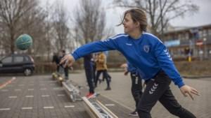Voerendaalse handbalkinderen slaan aan het stoepranden, een snel groeiende nationale sport