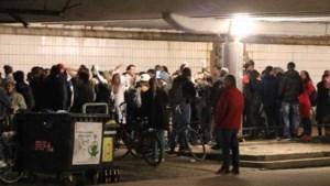 Honderden mensen feesten in Vondelpark in Amsterdam