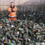 Johan haalt per dag 1500 kilo glasafval op: 'Nee, ruiken doe ik het niet meer'