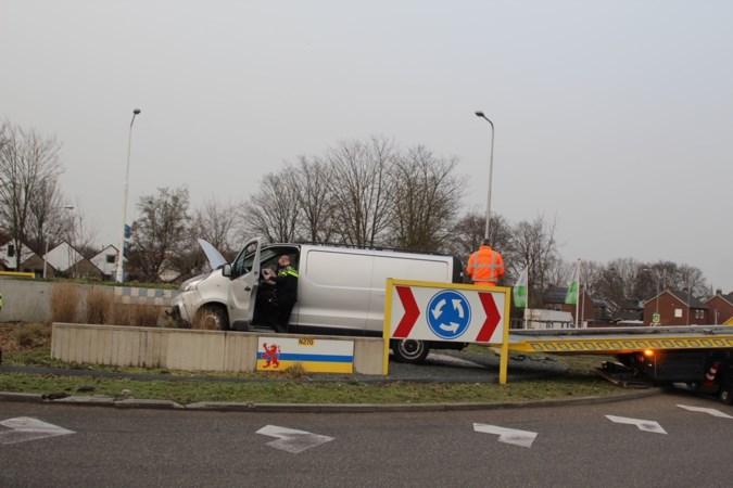 Bestelbus belandt bovenop rotonde: bestuurder naar ziekenhuis