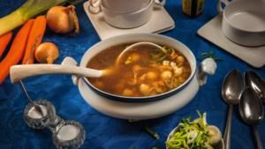 Al 65 jaar maakt Annie deze heerlijke 'ribkessoep', soep getrokken van spareribs