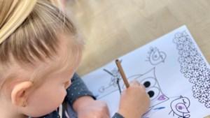 Peuters van Peuteropvang Heerlen maken tekeningen voor eenzame mensen