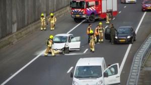 Brandende vrachtwagen en botsende auto's zorgen voor een gesloten A73 en Swalmentunnel