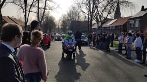 Video: Indrukwekkend eerbetoon: hele wijk kleurt roze voor Jewel (16)