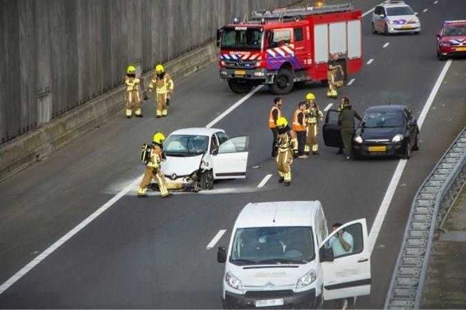 Bestuurders rijden achteruit over vluchtstrook in file na ongeluk op A73: politie grijpt in