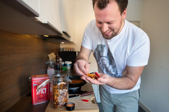 Bon Appétit: Chio uit Puth stopt zijn zelf gekweekte pepers in een Koreaanse kimchi