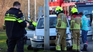 Automobilist verliest macht over het stuur en botst tegen lantaarnpaal