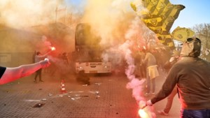Foto's: Fans VVV zwaaien team uit bij vertrek naar Arnhem voor halve finale beker
