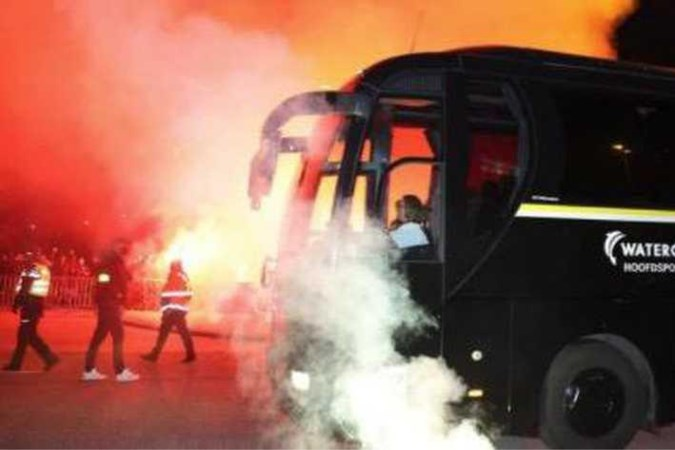 Groep Vitesse-fans steekt vuurwerk af bij Gelredome vlak voor bekerduel tegen VVV