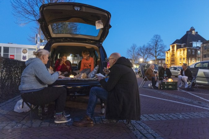 Tapasbar houdt ludiek picknickprotest op parkeerplaats aan de Markt in Geleen