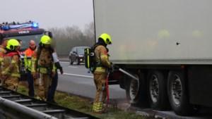 Wiel van vrachtwagen vat vlam op A67 bij Venlo
