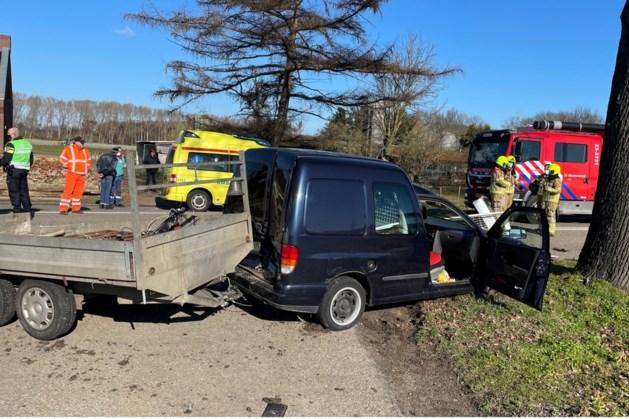 Bestuurder busje met aanhanger gewond afgevoerd na ongeluk bij Kessel