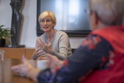 Burgemeester Dassen-Housen geeft uitleg over beëindigen bijeenkomst stadspark afgelopen weekend