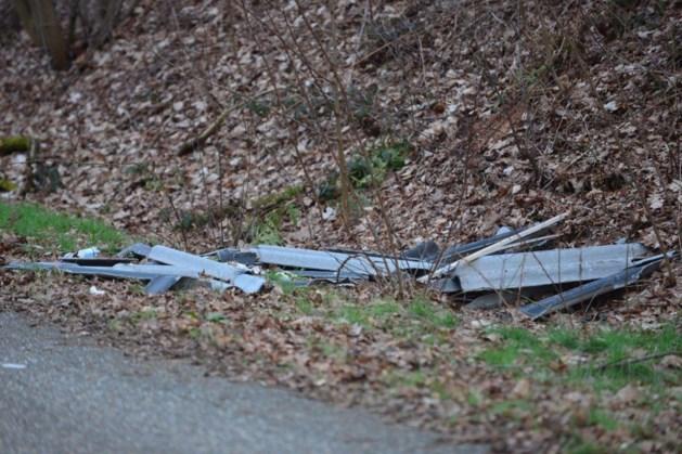 Asbestplaten, jerrycans en koelkast- en diepvriesbakken gedumpt nabij N280
