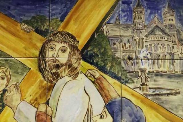 Jezus draagt het kruis over het Vrijthof: Maastrichtse Kruisweg na jaren weer te zien