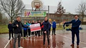 Luc Steins schenkt oude jeugdhandbalverenigingen Sittardia en Gemini geld