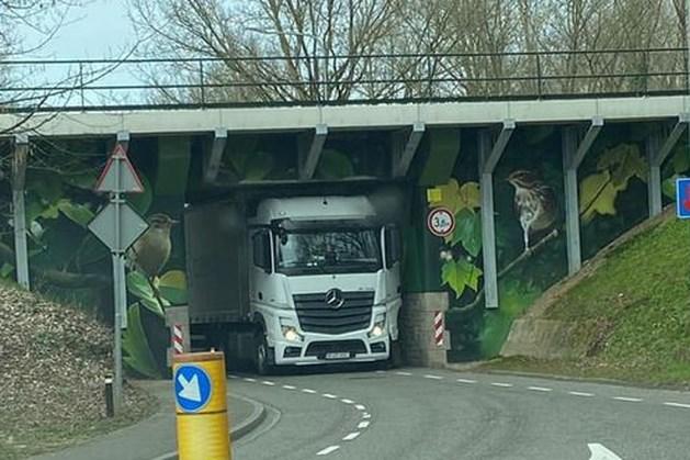 Vrachtwagen klem onder spoorwegviaduct in Voerendaal