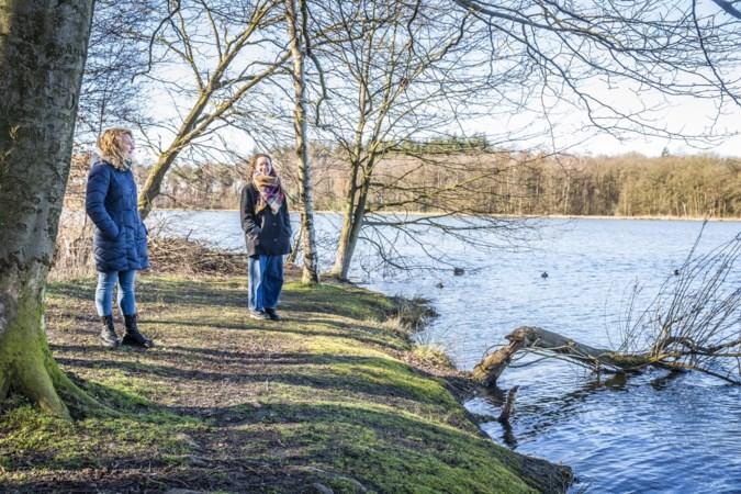 Babs en Sarah zingen en dansen en het publiek wandelt coronaproof een ommetje mee langs het Zwart Water in Venlo