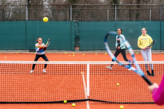 Tennisles in Maastricht: 'Een superharde forehand slaan. Dat is zo lekker!'
