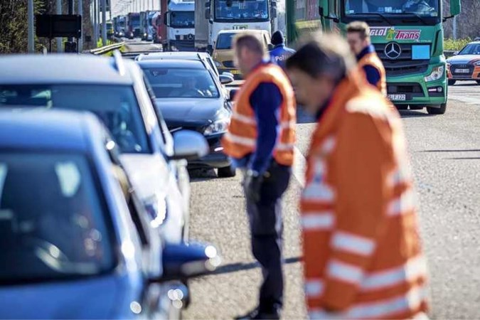 Automobilist zonder coronatest uit risicogebied riskeert 435 euro boete