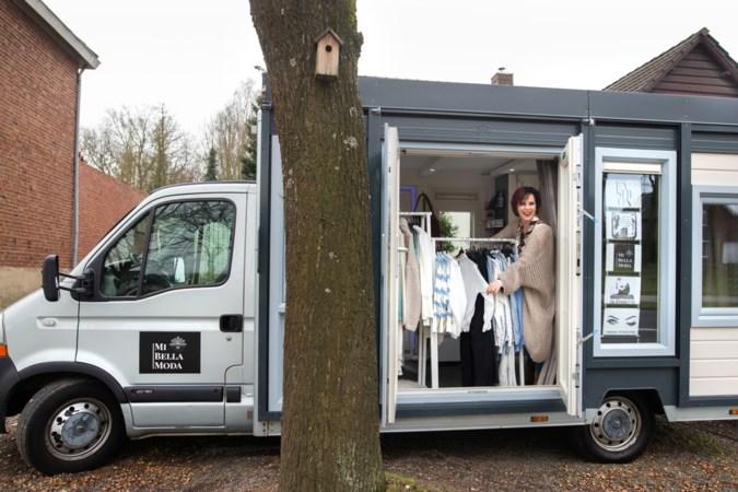Miranda rijdt door Limburg in haar damesmodezaak op wielen: 'Shoppen is een beleving. Dat miste ik'