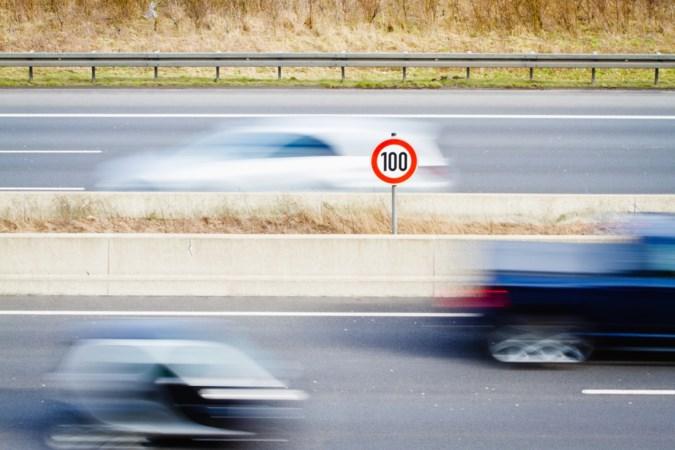 Een jaar maximaal 100 op de snelweg: zijn we er intussen aan gewend?