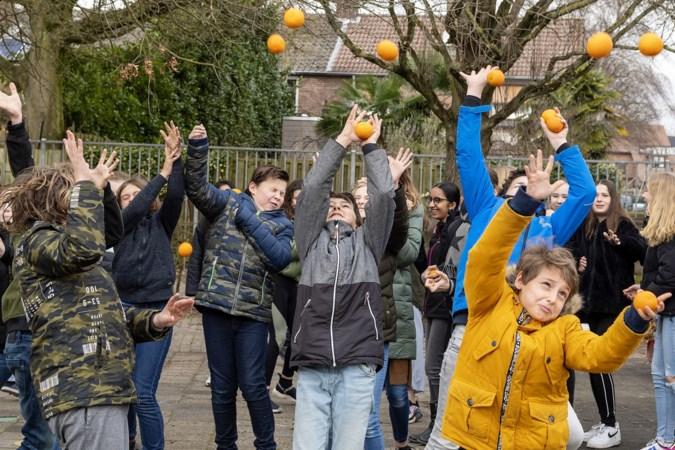 Het traditionele 'appelsiene, appelsiene' klinkt dit jaar alsnog uit de kelen van duizenden Sittardse kinderen