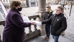 Leeuwen biedt vierhonderd handtekeningen aan tegen coffeeshop