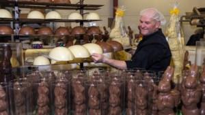 René maakt in Sittard tienduizenden paashazen en chocolade-eieren voor heel Limburg