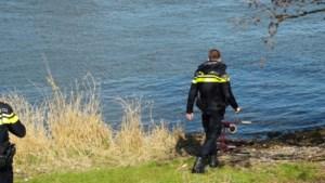 Hulpdiensten starten zoekactie na aantreffen rollator langs Maas in Reuver