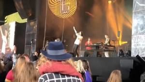 Zingen, dansen en crowdsurfen alsof corona niet bestaat