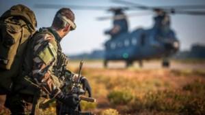 Oefeningen met helikopters in de avonduren bij kazerne Vredepeel