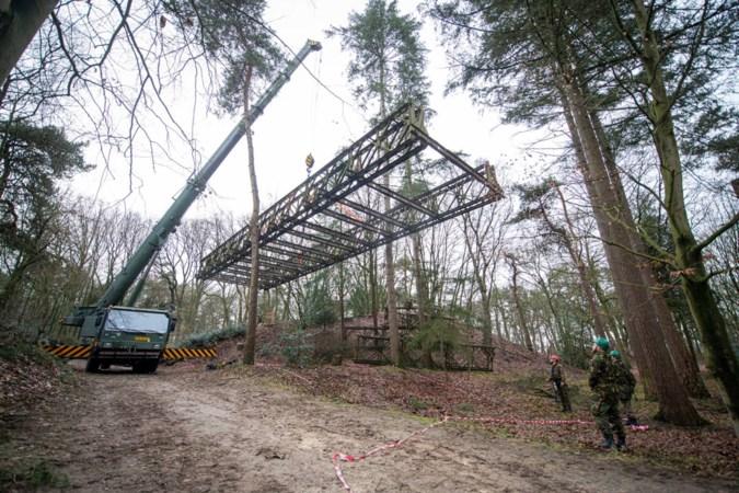 Soldaten renoveren baileybrug Oorlogsmuseum Overloon