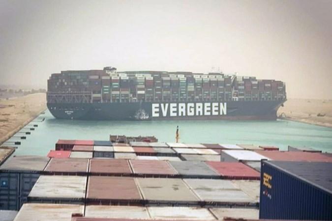Vastgelopen op Suezkanaal: 'Boot van 400 meter lang is een enorm stuk staal'