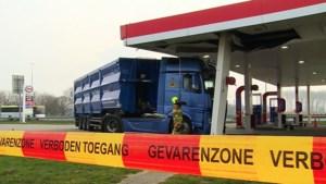 Vrachtwagen rijdt zich vast onder dak tankstation langs A2