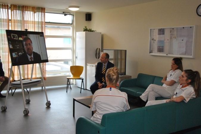 Koning praat met medewerkers en gedetineerden van vrouwengevangenis Ter Peel in Evertsoord