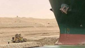Lostrekken vastgelopen schip op Suezkanaal kan weken duren: 'Zo vast als een gestrande walvis'