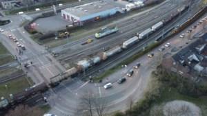 Stilstaande goederentrein blokkeert spoorwegovergang in Venlo