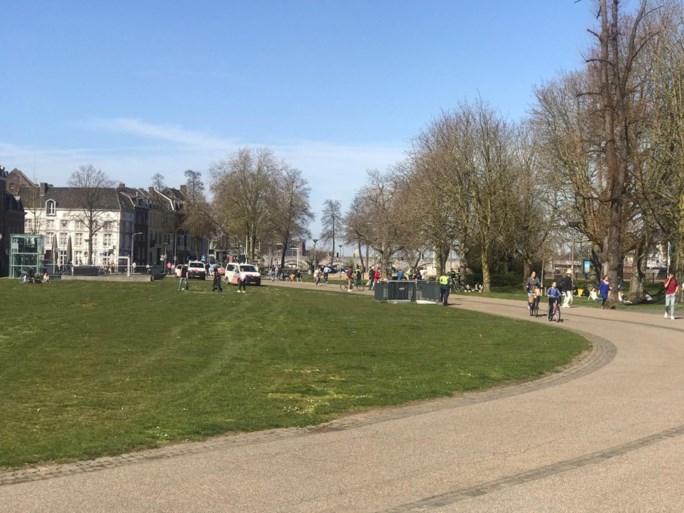 Politie ontruimt stadspark in Maastricht vanwege drukte: boetes uitgedeeld