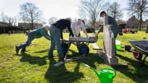 Erehaag van protestantse grafmonumenten krijgt vorm op begraafplaats Beek