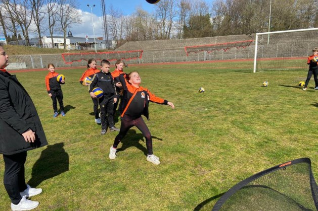 Jeugdige volleyballers VC Furos genieten op 'heilige' gras Roda JC