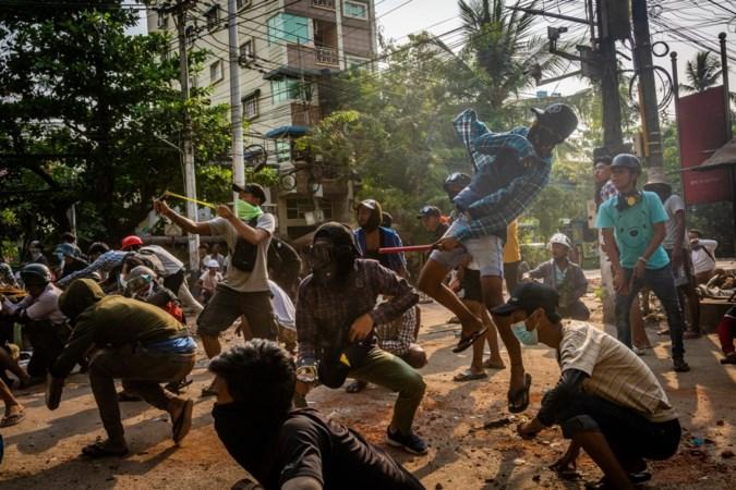 Fotorubriek Perspectief: Op teenslippers het leger in Myanmar te lijf