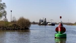 Unieke operatie op de Maas in Roermond: baggerschip kan flinke explosieven opzuigen en veilig verwerken