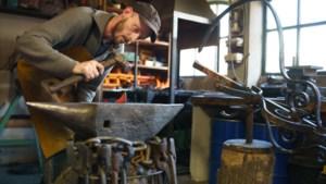 Honderd jaar oude windvanen uit Geleen worden nauwkeurig gerestaureerd door hobby-siersmid uit Grevenbicht
