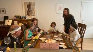 Kinderen bezorgen Marijntje uit Maastricht een onvergetelijke verjaardag met 'sushi-express' in woonkamer