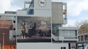 Gigantische foto van Spaanse windhonden siert gevel voormalig Rabokantoor Heerlen