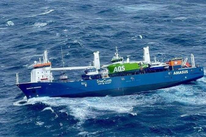 Vrachtschip op ruwe zee in problemen: laatste bemanningsleden van boord
